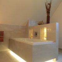 Beleuchtete Badewanne im individuellen Raumkonzept