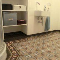 Badgestaltung mit alten Bodenfliesen