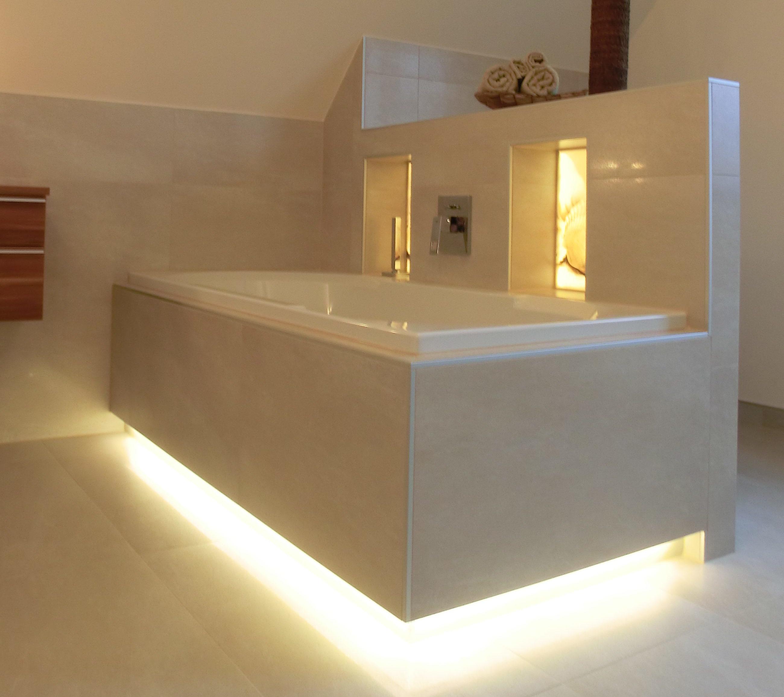 beleuchtete Badewanne mit hinterleuchteten Nischen